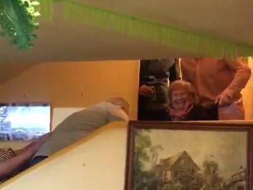 El vídeo estrella de esta Navidad: una abuela en silla de ruedas bajando las escaleras