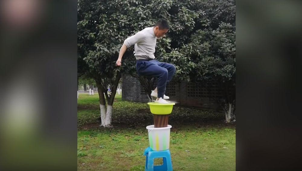 El maestro de kung fu Zhang Chengqiang 'camina' sobre el agua