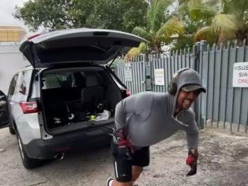 Verdasco tira de su coche en un entrenamiento