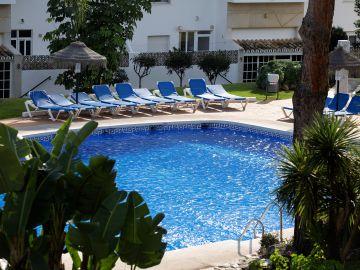 La piscina de la urbanización de Mijas en la que han muerto tres miembros de una familia.