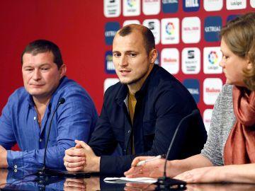 Roman Zozulia atiende a los medios