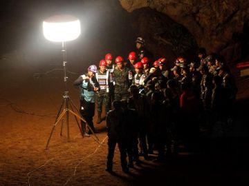 Imagen de archivo de los miembros de los servicios de rescate en la cueva Tham Luang, Tailandia.