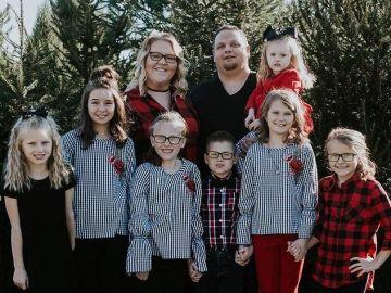 Imagen de la pareja que ha adoptado a cinco hermanos en EEUU