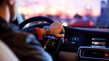 Imagen de archivo de un hombre al volante