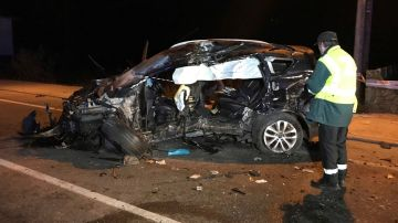 Imagen del coche en el que viajan cuatro jóvenes en Pontevedra