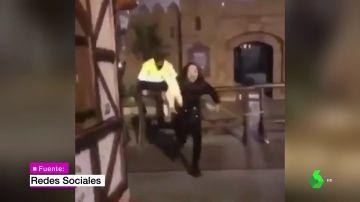 Un vigilante persigue a una joven que había robado una oveja de un belén