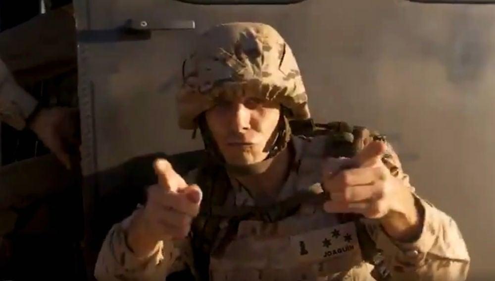 Joaquín, vestido de militar