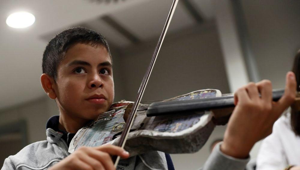 Un violinista de la Orquesta de Instrumentos Reciclados de Cateura