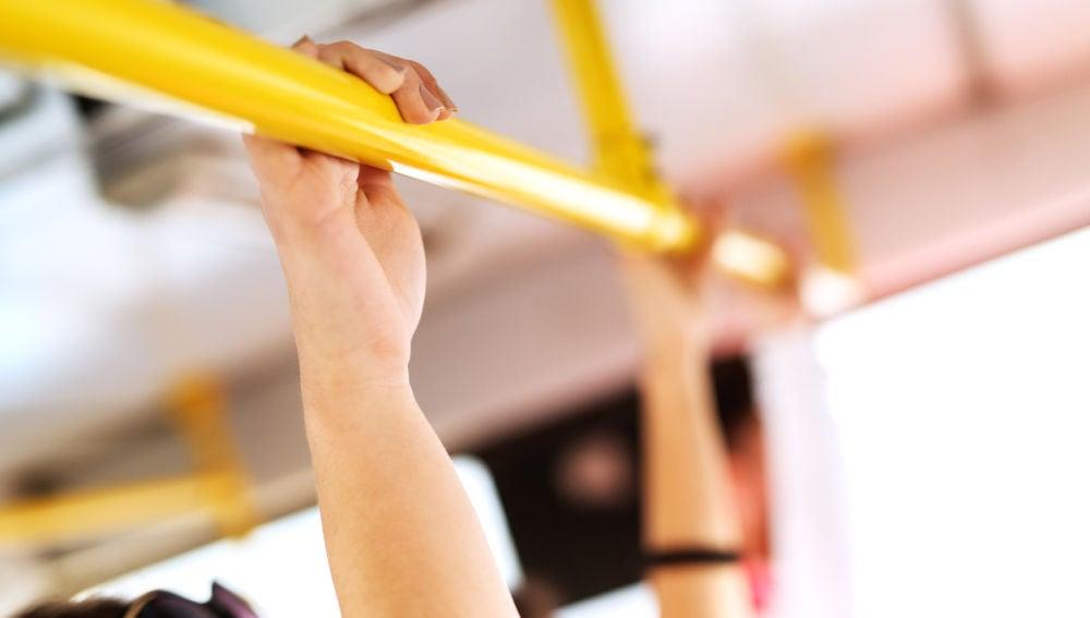 Agárrate bien a la barra cuando viajas en autobús