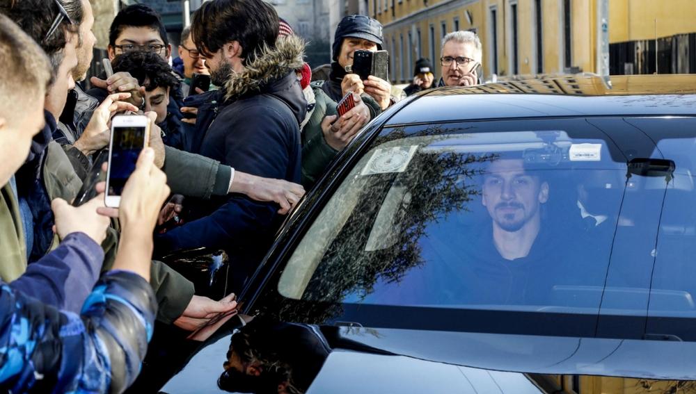 Ibrahimovic, rodeado por una multitud