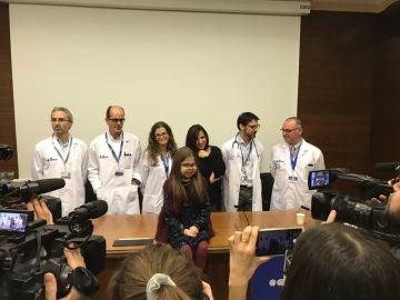 Íria posa con el equipo médico que la trató en el Hospital Vall d'Hebron