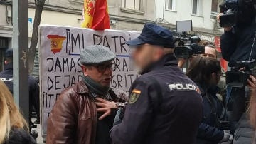 El hombre, que llevaba la bandera de España, fue desalojado por la Policía