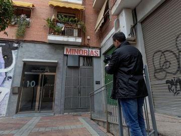 Vista de la entrada de la vivienda en la que la Policía investiga un caso de violación