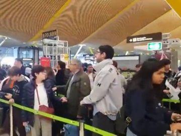 """Indignación entre los pasajeros de Iberia en Madrid por los retrasos en la facturación: """"Es una vergüenza"""""""