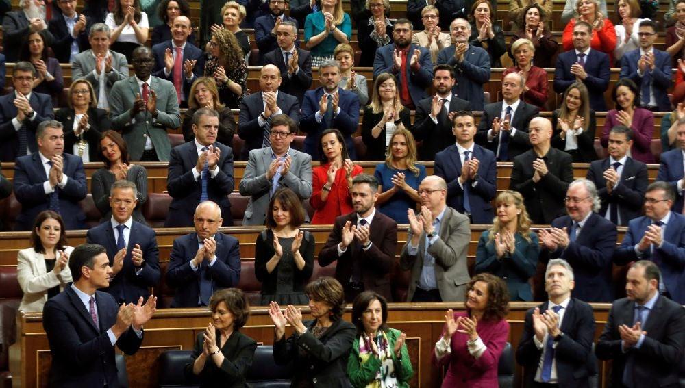 La bancada del PSOE aplaude a Pedro Sánchez en el Congreso