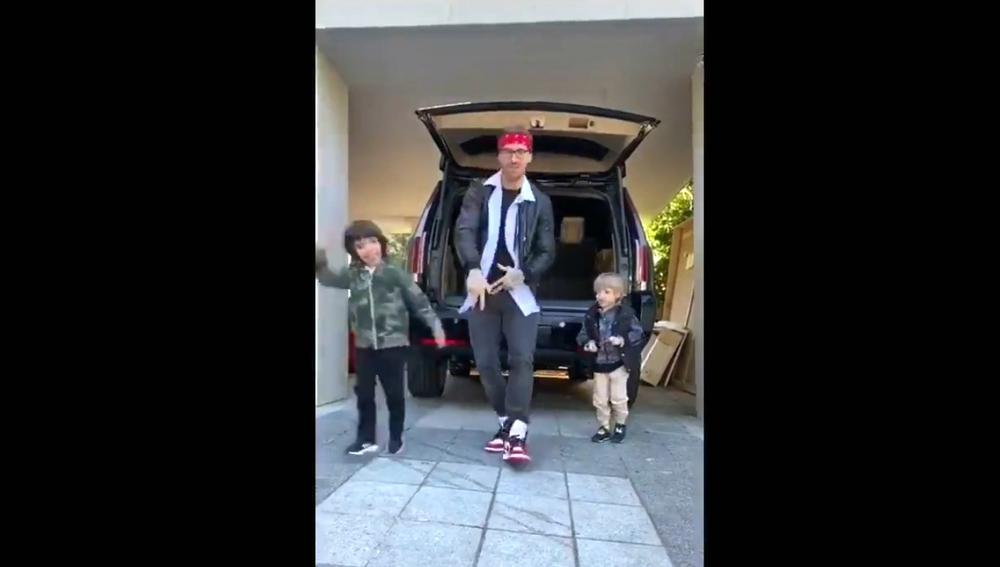 Sergio Ramos, bailando con sus dos hijos