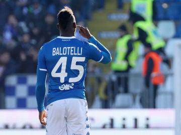 Mario Balotelli se lleva la mano al oído