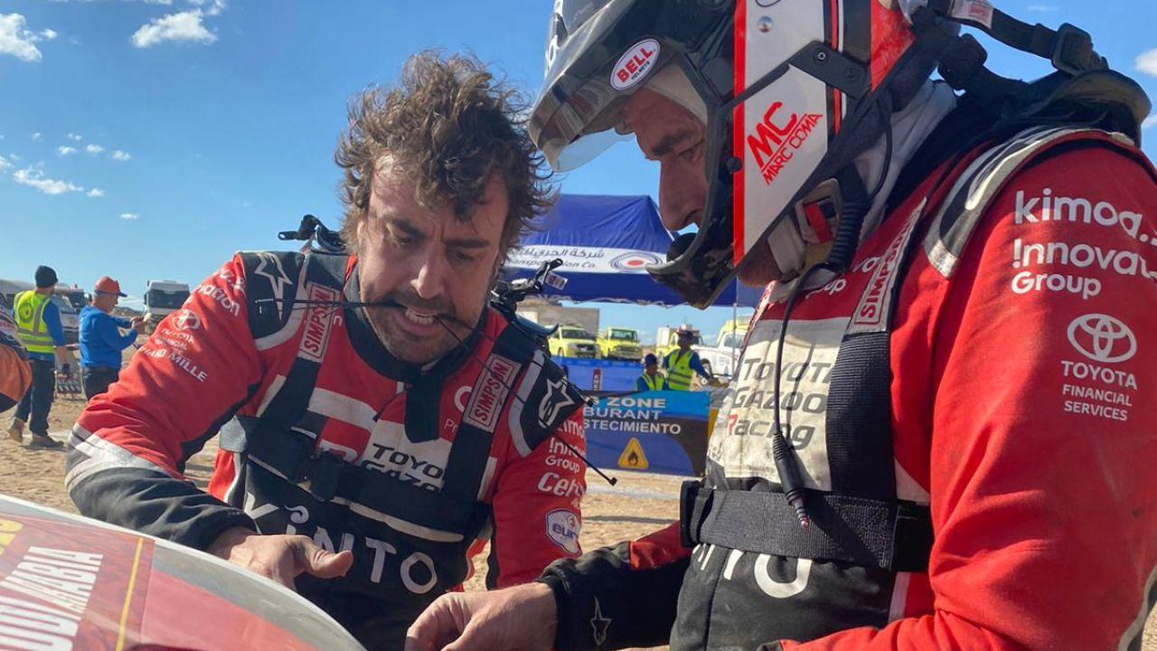 Fernando Alonso y Marc Coma tratan de reparar el Toyota