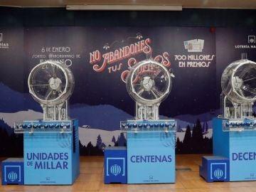Los bombos preparados para el sorteo de la lotería de El Niño, que reparte 700 millones de euros.
