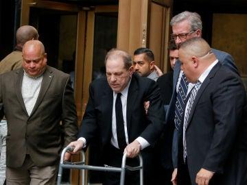 Harvey Weinstein llega a la corte ayudado de un andador
