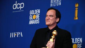 El director Quentin Tarantino posa con su Globo de Oro
