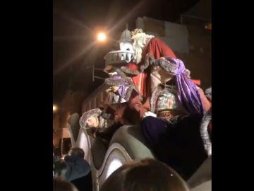 El Rey Melchor de Terrassa señala con el dedo a uno de los asistentes de la cabalgata.