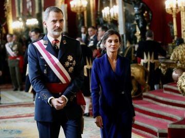 Los reyes abandona el Salón del Trono del Palacio Real