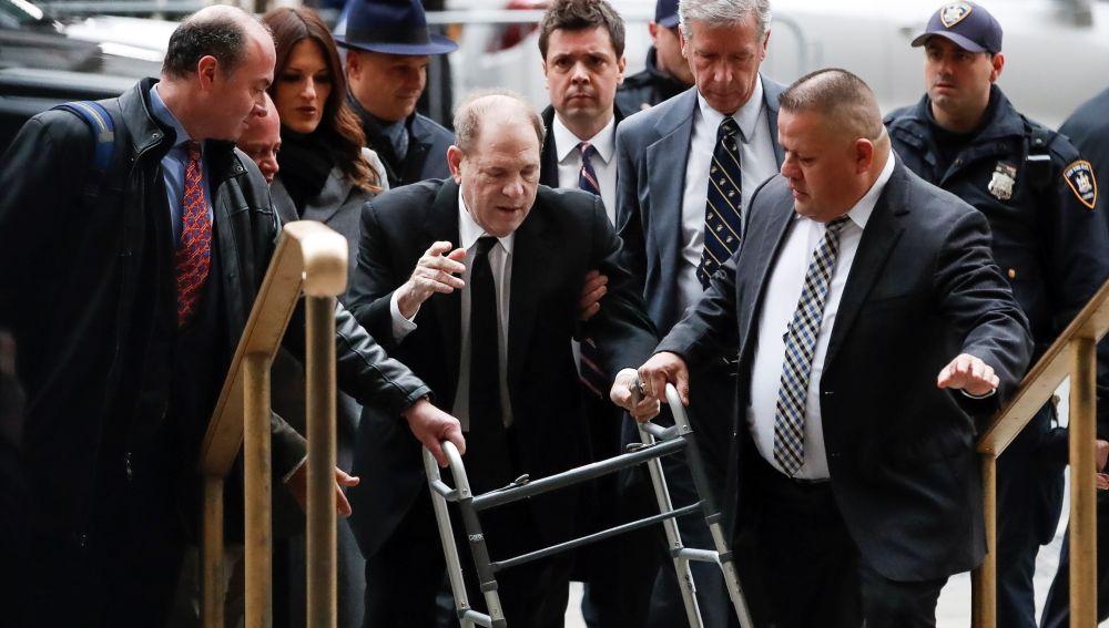 Weinstein llega a la corte para iniciar su juicio ante la protesta de feministas.