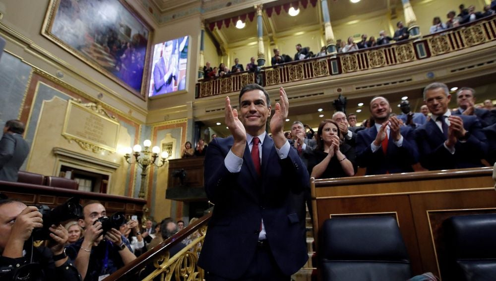 Pedro Sánchez aplaude tras ser investido como presidente del Gobierno