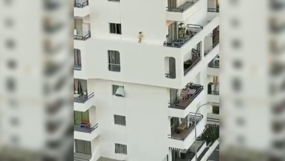 Una niña se pasea por una fachada en Tenerife