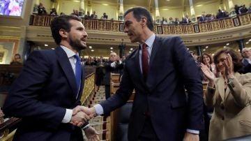 Pablo Casado saluda a Pedro Sánchez tras la investidura del líder socialista