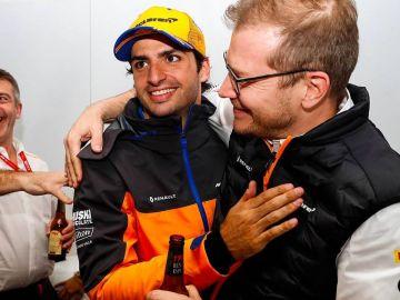 Carlos Sainz (centro) y Andreas Seidl (derecha)