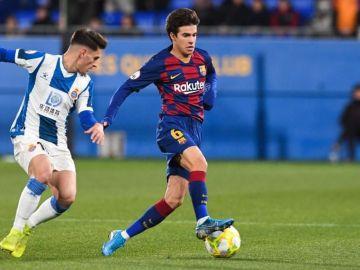 Riqui Puig disputa un balón frente al Espanyol B