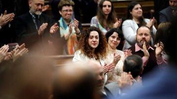 La diputada de En Comú Podem Aina Vidal, aplaudida por sus compañeros