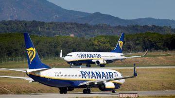 Dos aviones de Ryanair en un aeropuerto