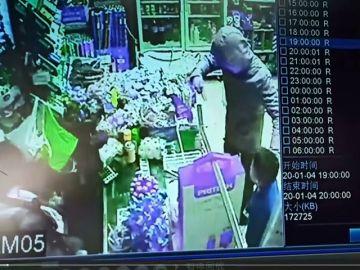 Un atracador amenaza con un cuchillo a un niño de ocho años en un bazar de Sevilla