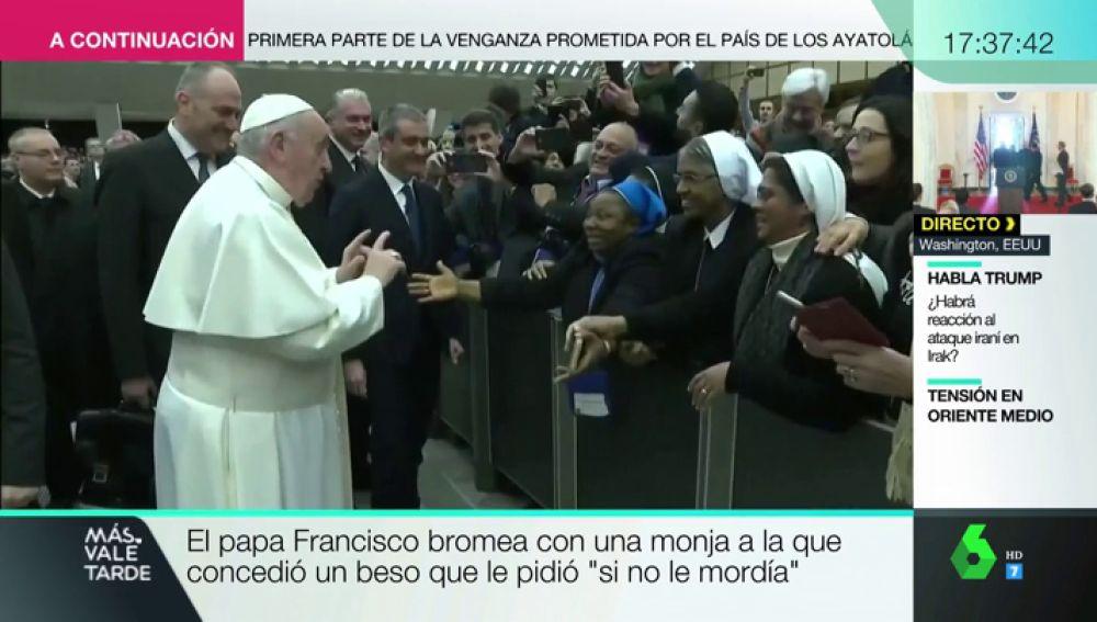 """El papa bromea con una monja: """"Te doy un beso, pero no me muerdas"""""""