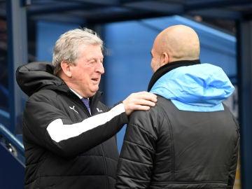Pep Guardiola y Roy Hodgson se saludan.