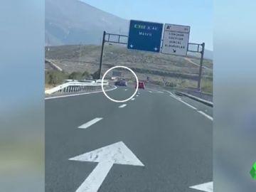 Detienen a un conductor por provocar el vuelco de un coche y darse a la fuga en la A-44 de Granada