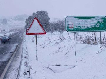 Un vehículo circula por la carretera N-344 en el límite de Murcia y Albacete
