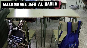 Pupitres vacíos en un aula escolar
