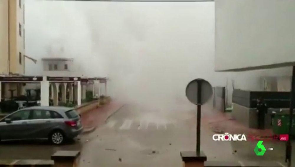 Una ola más alta que los edificios golpea Portocolom