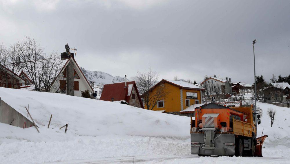 El aspecto de la localidad asturiana de La Raya el lunes tras caer una fuerte nevada