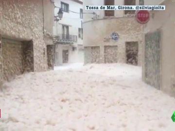 La espuma de mar invade las calles de Tossa de Mar, Girona