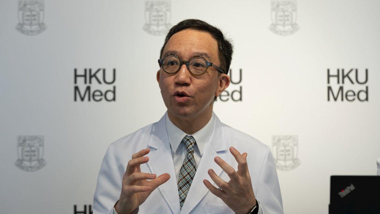 Gabriel M. Leung, doctor en Salud Pública, dando detalles sobre la epidemia