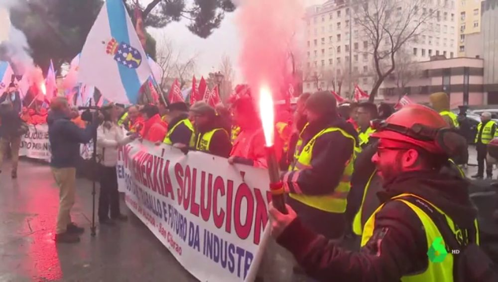 Los trabajadores de Alcoa exigen medidas para salvar la planta de San Cibrao frente a las puertas del Congreso