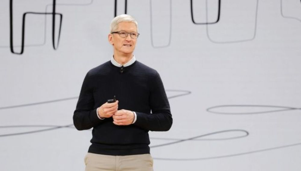 Apple Chicago wrapup Tim Cook welcomes Keynote audience to Lane Tech College Preparatory High School 03272018_643x397
