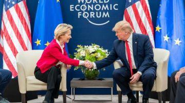 Donald Trump junto a Ursula von der Leyen