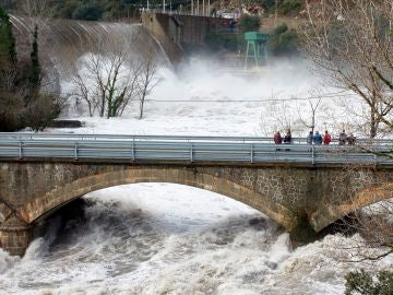 El río Ter, a su paso por la presa del Pasteral en el municipio de La Cellera de Ter (Girona)