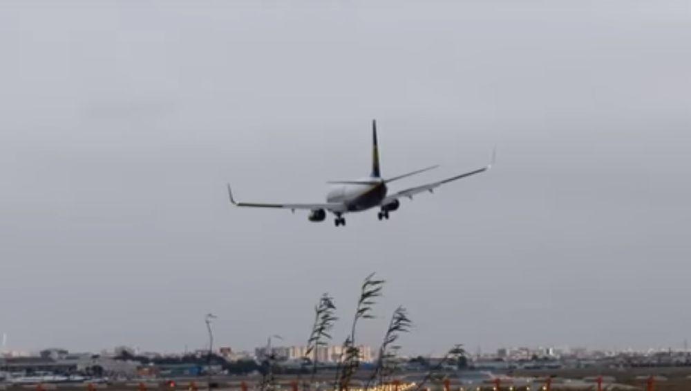 El momento en el que el piloto se ve obligado a abortar el aterrizaje en el aeropuerto de Manises